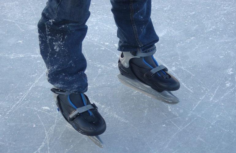 Vorst: Schaatsers wagen zich op het ijs, ijsbaan Winterswijk open