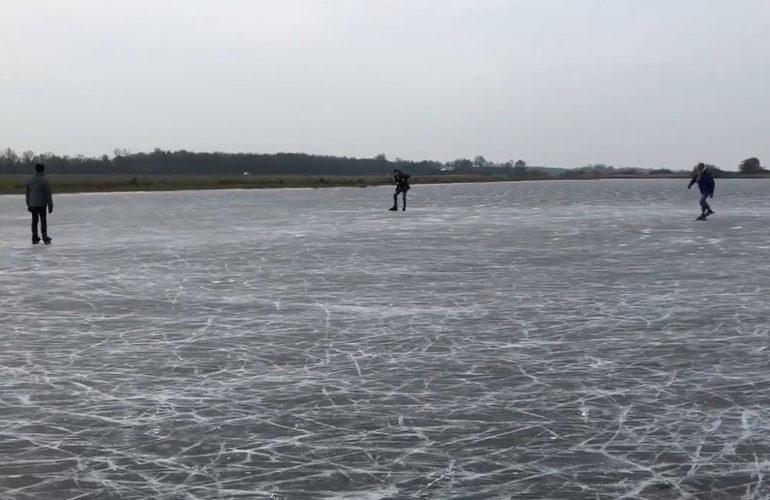 Eerste schaatsers gespot op natuurijs (video)