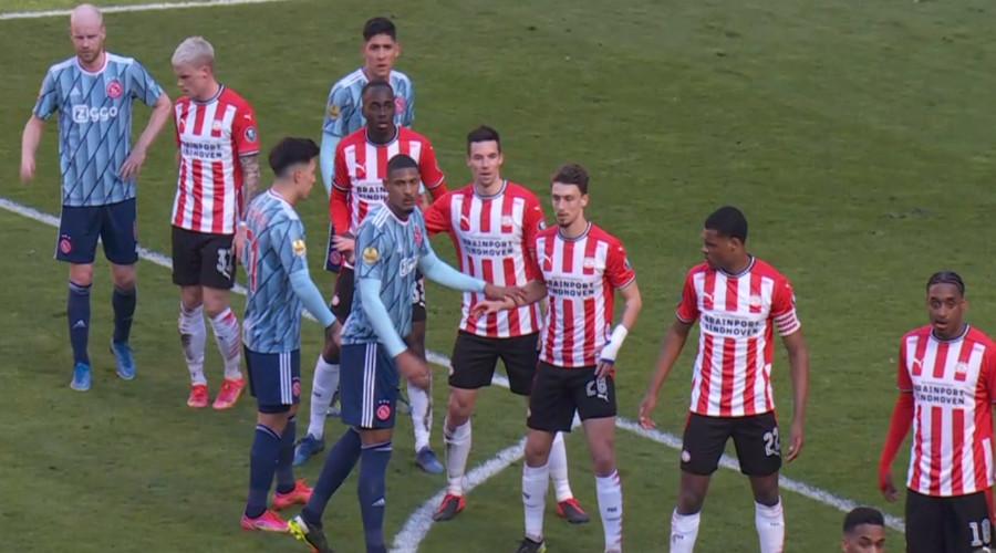 Supporters PSV bekogelen Ajax spelers