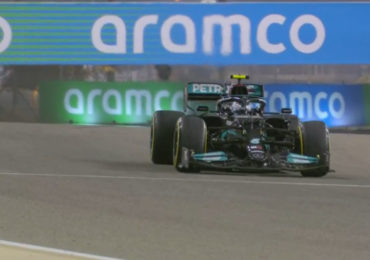 Hamilton klokt snelste tijd in tweede vrije training
