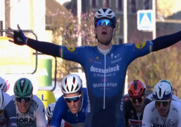 Sam Bennett wint eerste etappe in Parijs-Nice