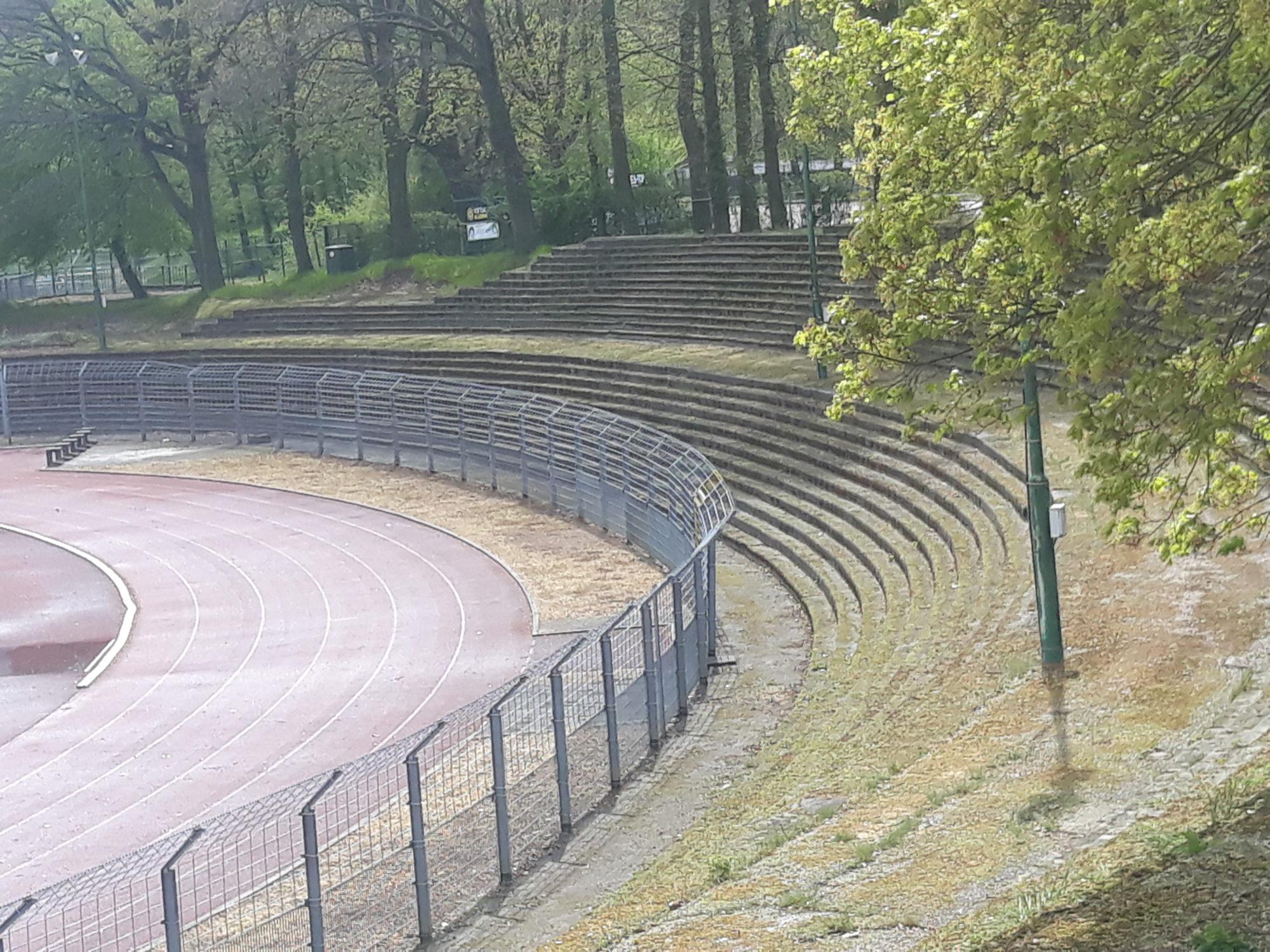 De oude staantribunes achter het doel van het Gemeentelijk Sportpark Kaalheide zijn er nog steeds