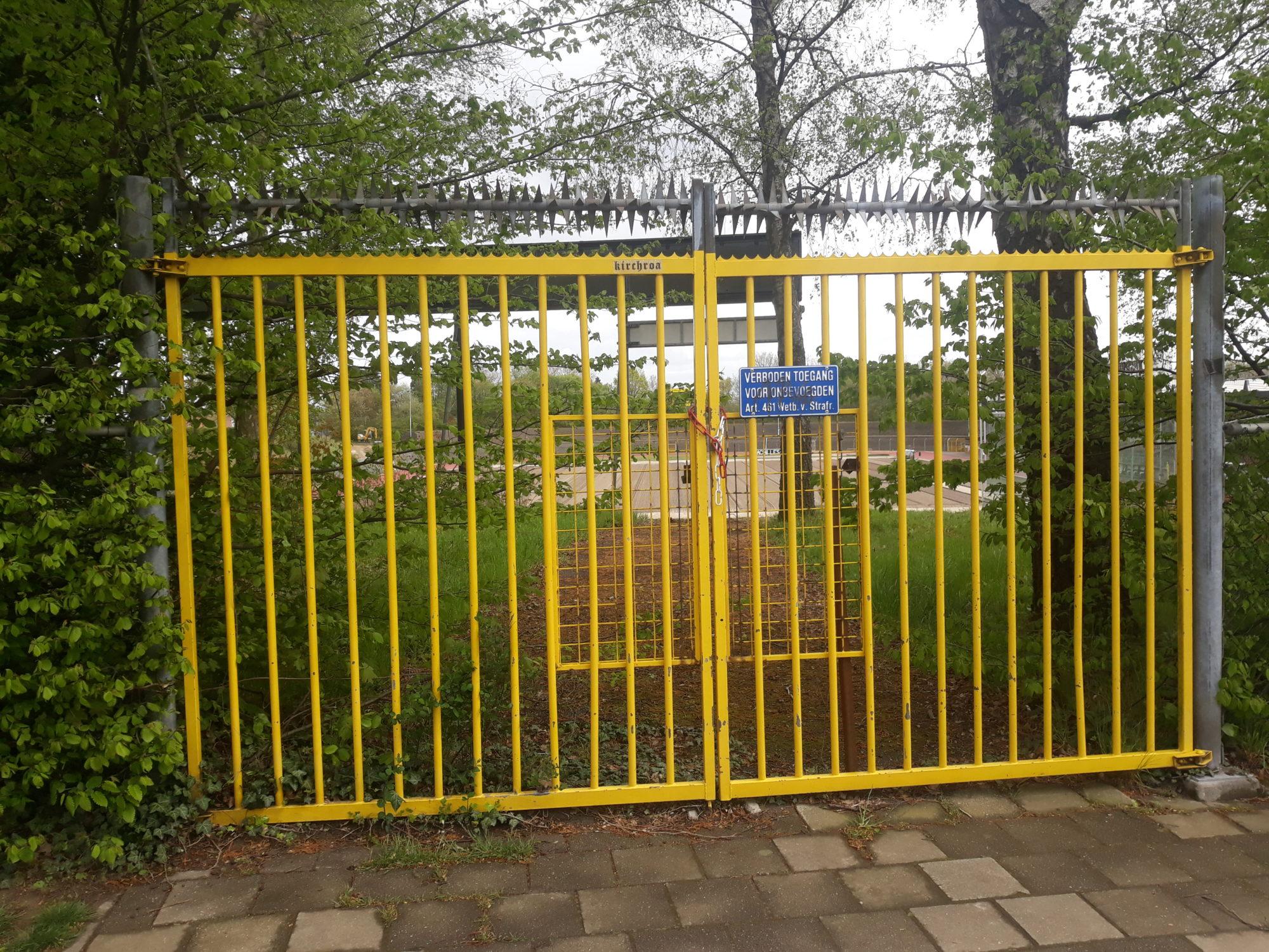 Een toegangshek tot het Gemeentelijk Sportpark Kaalheide