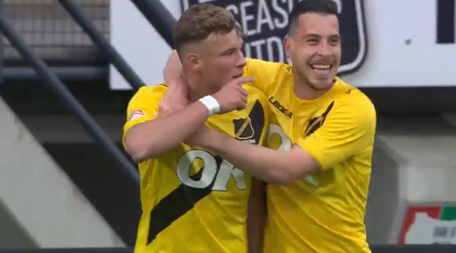 NAC spits van Hooijdonk viert de 0-2 tegen NEC