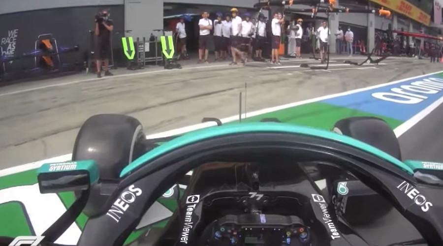 Valtteri Bottas spint in de pitstraat
