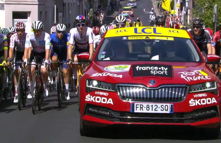 Peloton onderweg in mega lange Tour etappe